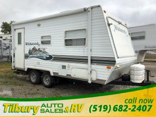 Used 2004 Forest River Wildwood LE 19 EX Hybrid Trailer. Dinette. for sale in Tilbury, ON