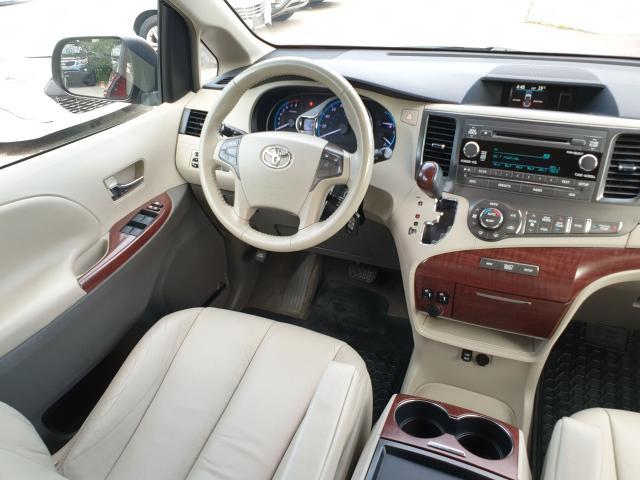 2011 Toyota Sienna XLE Photo12