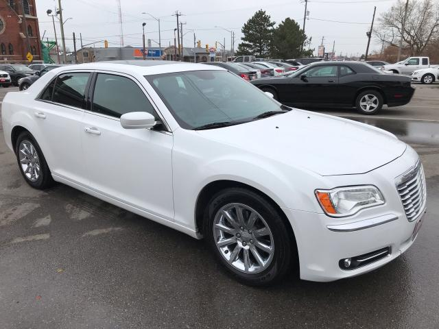 2013 Chrysler 300 TOURING ** BACKUP CAM, HTD LEATH , SUNROOF **