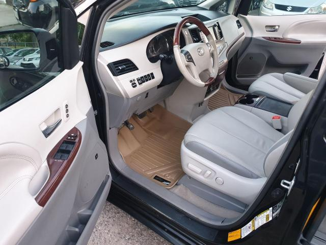 2013 Toyota Sienna XLE Photo8