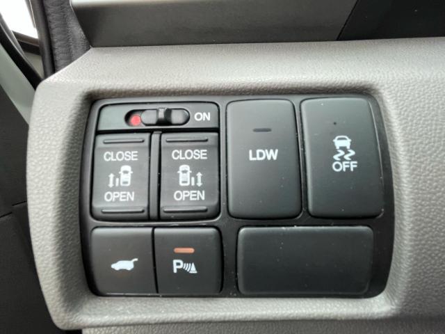 2016 Honda Odyssey Touring Navigation /Sunroof /DVD /8 Pass Photo13