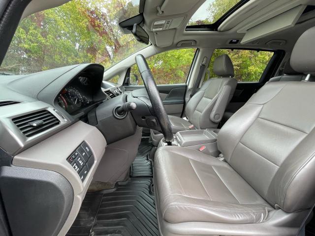 2016 Honda Odyssey Touring Navigation /Sunroof /DVD /8 Pass Photo9